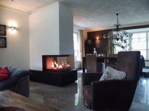 3-zijdig houthaard brunnerhaard met natuurstenen plateau en stoel.JPG